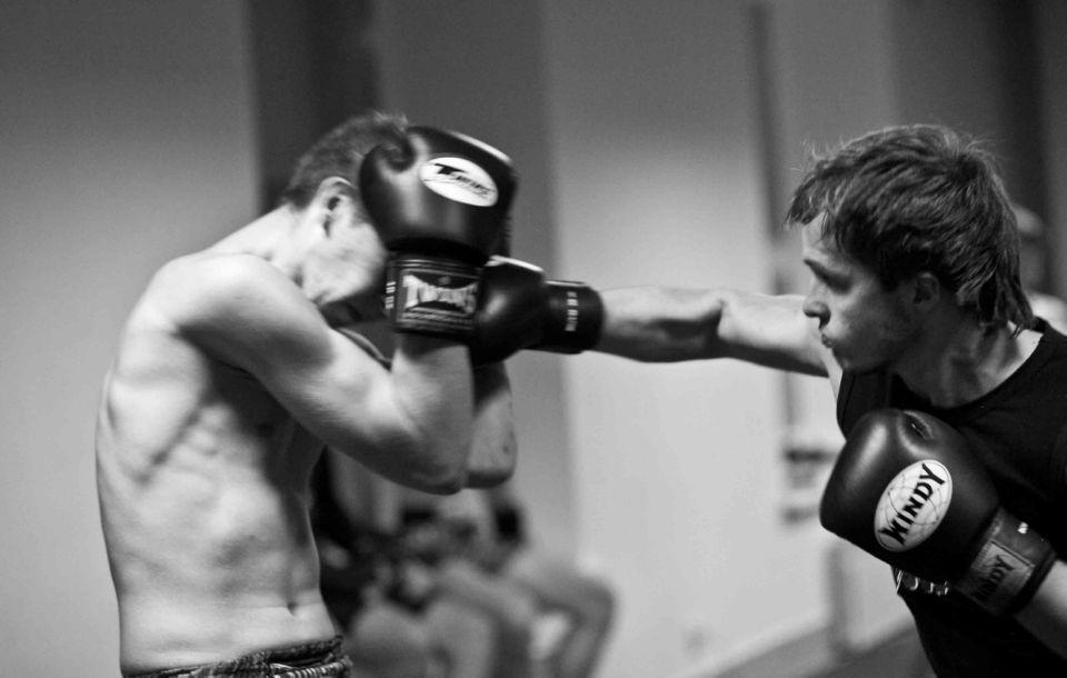 Отработка удара в голову в спарринге в тайском боксе