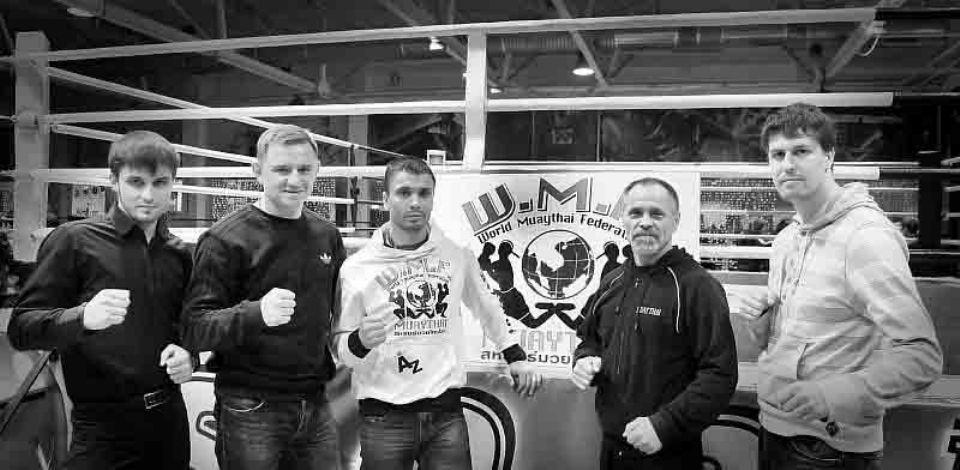 Тренера федерации муай тай во время очередного турнира по тайскому боксу в Омске