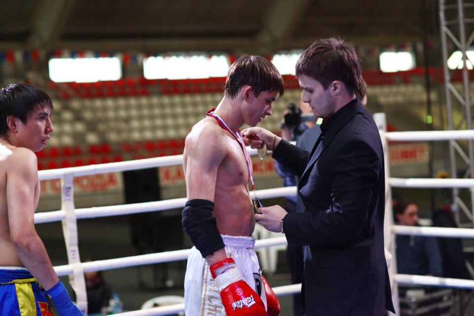Вадим Викторович награждает победителей международного турнира по тайскому боксу
