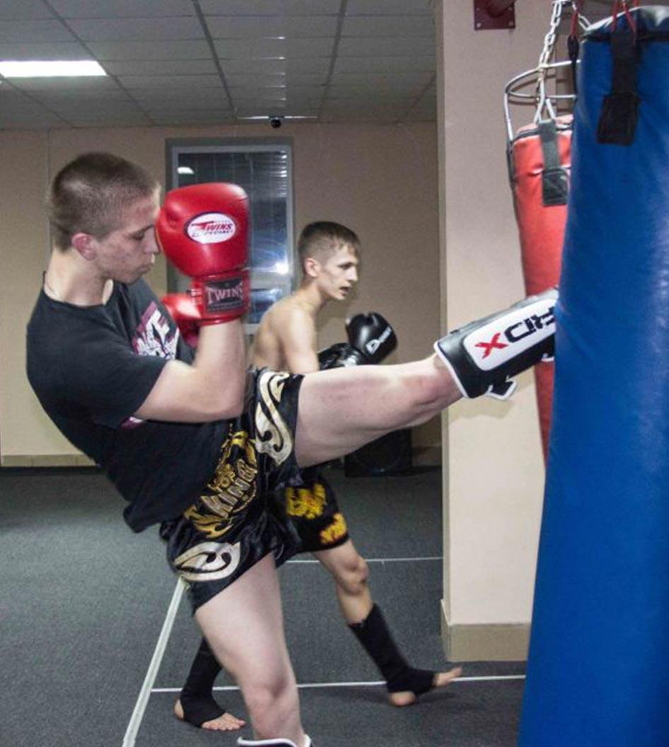 Влад Зухаво спортивный клуб тайского бокса Red Star работа на мешке груше Омск